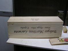 Si tenéis la suerte de conseguir una caja de madera de botellas de vino, os proponemos poner en práctica algunas de las opciones que aquí vemos.