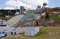 トルコのスキージャンプ施設が地滑りで倒壊