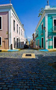 Ahhh, el Viejo San Juan - luz, sombra, adoquines, colores, cielo azul.