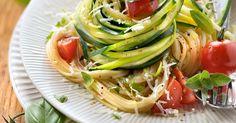 Diese Pasta mit Zucchini und Tomaten ist als Rezept für Mittag oder Abendessen unschlagbar. Super lecker & gesund. Pasta mit Zucchini & Tomaten jetzt kochen