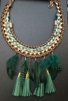 Collar con plumas, cadena dorada, verde esmeralda. Necklace
