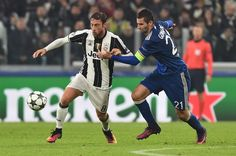 Juventus' midfielder from Italy Claudio Marchisio fights for the ball with Lyon's French midfielder Maxime Gonalons (R) during the UEFA Champions League football match Juventus vs Olympique Lyonnais on November 2, 2016 at the Juventus stadium in Turin.  / AFP / GIUSEPPE CACACE