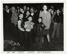 Deze tentoonstelling in het Fotomuseum Antwerpen focust op Weegee's dramatische zwart-witfoto's van de New Yorkse crime scene. In een eerste kleine ruimte staat een box met zijn belangrijkste attributen: een NYPD perskaart, zijn hoed, zijn Speed Graphic Camera en een zelfgeschreven manifest.