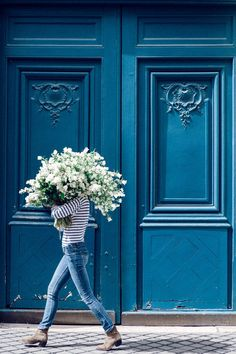 Fiercely Feminine - Spring Bouquet White Lilac is the name of this white lilac fine art print from the Young Girl in Bloom Series photographed in front of a beautiful blue door in St Germain Des Pres Flower Power, Look 80s, My Little Paris, Cool Instagram, Spring Bouquet, Black Bouquet, Shooting Photo, Foto Art, Blue Aesthetic