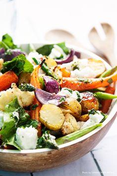 Servera denna smakrika primörsallad till varmrätt eller som ett tillbehör, salladen håller sig 1-2 dagar i kylen. #sallad #primör #grönsaker #mozzarella #food #salad