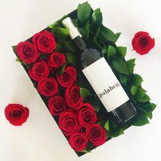 AMOR TINTO $990.00 MXNEl amor debe de celebrarse y que mejor que hacerlo con doce rosas y un buen tinto. ¡Salud! Contiene: vino tinto Palabra de Valle de Guadalupe y 12 rosas rojas colocadas dentro de una caja negra y acompañadas por bonito follaje. Valentines Flowers, Valentines Day Decorations, Valentine Gifts, Wine Gift Boxes, Wine Gift Baskets, Flower Box Gift, Flower Boxes, Candy Bouquet Diy, Faux Flower Arrangements