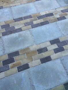 Oude grindtegels gecombineerd met opgehaalde steentjes van de weggeefhoek