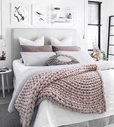 """Toda vez que eu vejo esses xales sobre as camas eu penso: """"caraca, a agulha de tricô deve ser gigantesca pra conseguir fazer esse ponto!"""" #cama #bedroom #quarto #chale #mantadecama #manta #decoracao by @oh.eight.oh.nine"""