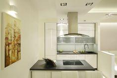 W niewielkim mieszkaniu kuchnię połączono z jadalnią, urządzając obie te strefy w jednym ciągu. Projekt Marta Kilan. Fot. Bartosz Jarosz.