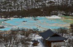 Le Huanglong, situé dans le district de Songpan à l'extrême nord du Sichuan en Chine, est connu pour ses piscines calcaires aux multiples couleurs.