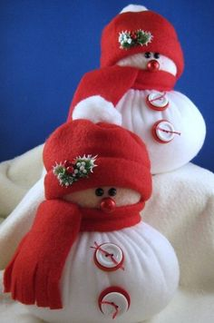 Plump snowmen made of Fleece.NO pattern de. Christmas Sewing, Homemade Christmas, Diy Christmas Gifts, Christmas Snowman, Christmas Projects, Christmas Holidays, Sock Snowman, Snowman Crafts, Holiday Crafts