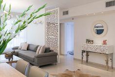 עכשיו היא נכנסת גם לתוך הבתים: מעצבת הפנים אורית כוכבי חיפשה דרך לחצוץ בין הסלון למסדרון חדרי השינה, ובחרה בברזל צבוע, ''כדי להימנע ממסיביות... Living Room Modern, Living Room Decor, Living Rooms, Sliding Door Room Dividers, Sliding Doors, Partition Design, Decorative Screens, Gallery Wall, House Design