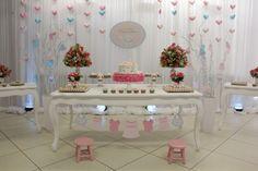 O tema deste chá de bebê é gatinhos. A festeira Rubia de Lima, responsável pelo evento, optou pelas cores branco e rosa, com detalhes em tons verde e azul claros. O resultado é muita delicadeza e cuidado com cada cantinho do chá.