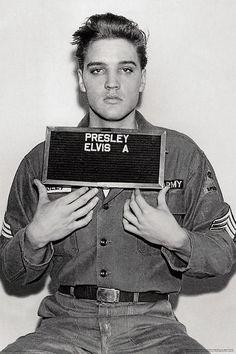 hollywood icons Elvis Mug Shot Poster - Black & White Approx Measures: x Comes Rolled Elvis Presley Army, Elvis Presley Photos, Elvis Presley Wallpaper, Elvis Presley Young, Rare Elvis Photos, Celebrity Mugshots, Celebrity Photos, Hollywood Icons, Old Hollywood