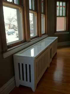 DIY all-white radiator cover with a decorative metal sheet - Shelterness White Radiator Covers, Modern Radiator Cover, Old Radiators, Bathroom Radiators, Diy Décoration, Easy Diy, Wall Heater Cover, Contemporary Radiators, Apartment Needs
