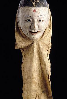 Masque. Corée, époque Chosôn (XVIIIe siècle). Bois peint. Tissu écru   H.: 24,5 cm - L.: 19,5 cm (sans tissu)   Mission Varat. MG 15323. Musée Guimet, Paris.