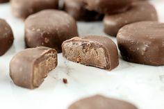 Piparminttu-suklaamakeiset - Suklaapossu Delicious Desserts, Cookies, Chocolate, Baking, Food, Crack Crackers, Biscuits, Bakken, Essen