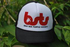 TRUCKER HAT Made in Bali - Indonesia Price: IDR 100,000 / 10 USD 100% profit for running our sea turtle program Please contact DION ph. +628113882685 e-mail: info@baliseaturtle.org ~~~~~~~~~~~~~~~~~~~~~ Topi Trucker Harga Rp 100.000,00 (seratus ribu rupiah) Hubungi DION ph. +628113882685 100% keuntungan untuk program perlindungan penyu BSTS #seaturtlecap #turtlemerchandise #truckerhat #turtlehat