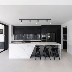 Black & white kitchen with marble countertops 👌 - Kitchen Luxury Kitchen Design, Modern House Design, Interior Design Living Room, Coastal Interior, White Marble Kitchen, Kitchen Black, Kitchen Modern, Modern Kitchen Designs, Marble Floor Kitchen
