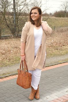 Skinny Jeans weiß white Trenchcoat Cardigan beige braun camel brown cognac | Plus Size Fashion Outfit