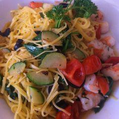 Linguine gamberoni, zucchine, pomodori e olive