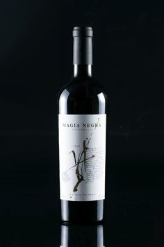 Magia Negra Wine Label by Labdiseño Chile, via Behance #taninotanino #vinosmaximum
