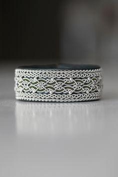 Lindas armband: Brett tennarmband med silverpärlor, koppartråd och grönt skinn med skimmer