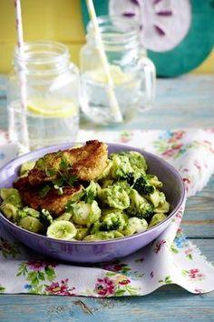 Nudeln mit Brokkoli-Pesto und panierten Schnitzelchen Rezept