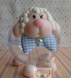 Ovelha em biscuit com corpo em bola acrílica. Maravilhosa para lembrancinha de aniversário , batizado e comunhão. Ao mesmo tempo que será lembrancinha ela enfeitará sua mesa de festa. Bola acrílica desta foto é de 75mm.
