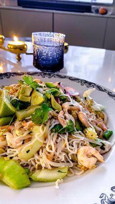 Varm asiatisk räksallad med japansk sesamdressing - 56kilo.se - Recept, inspiration och livets goda Veggie Recipes, Low Carb Recipes, Veggie Food, Pak Choi, Atkins, Lchf, Japchae, Food Inspiration, Noodles