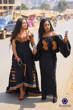 Latest Atoghu fashion styles for men and women. See all the toghu styles from Cameroonian designers Best African Dresses, African Wedding Dress, Latest African Fashion Dresses, African Attire, African Wear, South African Traditional Dresses, Traditional Outfits, Africa Fashion, Tribal Fashion