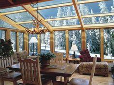 véranda-bois-toiture-vitrée-style-chalet-rustique-lustre-bois-cerf-hiver