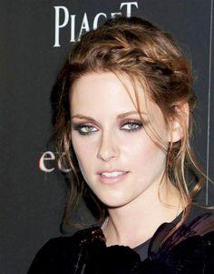 Kristen Stewart  Kristen Stewart ma swój sposób na romantyczne upięcie półdługich włosów - dobierany warkocz zapleciony tuż nad czołem i kilka swobodnie opadających kosmyków.