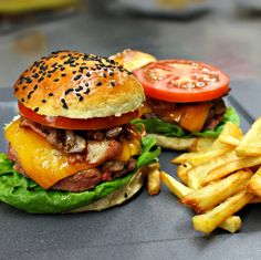Classic beef burger with potato fries. Fried Potatoes, Perfect Food, Salmon Burgers, Fries, Beef, Chicken, Classic, Ethnic Recipes, French Fries Crisps