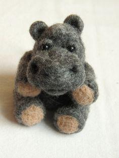 Hippopotame en  laine feutrée piquée.