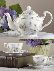 Violets Tea Set Love this! Chocolate Pots, Chocolate Coffee, Tea Cup Saucer, Tea Cups, Vintage Tee, Sweet Violets, Cafetiere, Teapots And Cups, Tea Service