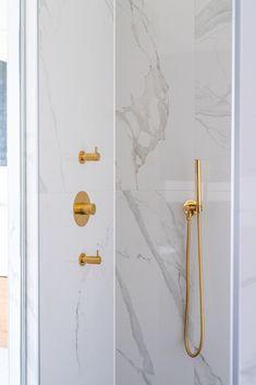 Aan luxe geen tekort, met deze grote marmeren tegels en gouden mengkranen. De handdouche, ook in goud, verhoogt het comfort.  Behoefte aan meer inspiratie of advies op maat? Bezoek dan onze showroom in Leiden!  #goud #marmer #badkamer #design #interieur #badkamerinspiratie #interiordesign #showroom #leiden Candle Sconces, Interior, Groot, Bathroom Ideas, Barcelona, Aqua, Apartment Bathroom Design, Lush, Bathroom Remodeling