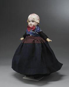 Miniatuurpop gekleed als een vrouw uit Nunspeet in de doekendracht, de 'oude dracht' van het einde van de 19de eeuw. #Veluwe #Gelderland #oudedracht #Nunspeet