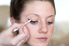 Und wenn Dein Eyeliner auch dann noch nicht richtig gelingt, kannst Du mit einem Wattestäbchen und etwas Concealer alle Fehler ausbügeln.
