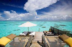 ハネムーンや世界中のセレブカップルから絶大なる人気を誇るモルディブにあるホテル「ギリ ランカフシ モルディブ(Gili Lankanfushi Maldives resort)」。全室プライバシーを配慮した水上ヴィラになっており、広々とした部屋で、海が一望できる。また人工的なものをできるだけ排除し、流木やバンブーなどの自然素材を使ったインテリアも特徴的。