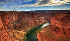 O Grand Canyon é realmente um enorme buraco no chão. Tem 446 km de comprimento, até 29 km de largura e mais de uma milha (1.800 metros) de profundidade. É o resultado da constante erosão provocada pelo Rio Colorado ao longo de milhões de anos.