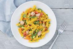 La pasta fredda con verdure e curcuma è un primo piatto colorato e sfizioso, arricchito con tante verdure croccanti e saporite.