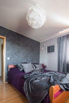Na proměnu ložnice stačilo pár rolí tapety a šedá látka, z níž designérka ušila…
