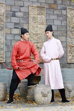 "hanfugallery: "" Traditional Chinese hanfu. Tang dynasty style. 圆领袍Yuanling-pao(round collar robe). Credit: 秋月半弯,临溪, 重回汉唐. """