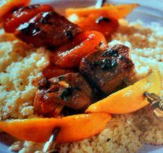La ricetta del kebab marocchino rigorosamente di carne di agnello e accompagnato con l' inconfondibile couscous preparato come vuole la tradizione.