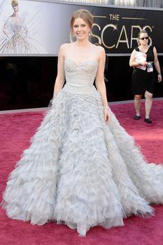 AMY ADAMS  La actriz nominada a los Premios de la Academia prefirió la espectacularidad de este Oscar de la Renta, con detalles de plumas.  Los looks de la alfombra roja de los Oscares