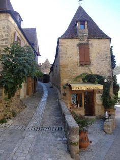 Epicerie fine Esprit Gourmet - La balme 24220 Beynac et Cazenac Beynac Et Cazenac, La Dordogne, Places Worth Visiting, Beaux Villages, Cabin, Architecture, House Styles, Image, Destinations