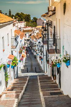 Witte dorpjes, ofwel pueblos blancos, kenmerken het landschap van de Zuid-Spaanse regio Andalusië. Reis je af naar deze bijzondere streek, maak dan zeker een route langs de vele witte dorpjes en stadjes. Prachtige plaatjes gegarandeerd! #spanje #spain #andalusie #spaansedorpjes #costadelsol #vakantie #travel #reizen Beautiful Places In Spain, Malaga Spain, Andalusia, Vacation Places, Future Travel, Spain Travel, Travel Around, Adventure Travel, Travel Inspiration