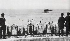 Het door de Duitsers afgezette strand van Oostende in oktober 1914 - een Duits merinevliegtuig landt op zee
