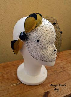 #Amayatocados blog. ..Aplicacion de plumas de anade con broche y velo frances… Sinamay Hats, Fascinator Hats, Fascinators, Headpieces, Race Day Hats, Race Wear, Spring Racing, Cocktail Hat, Fancy Hats